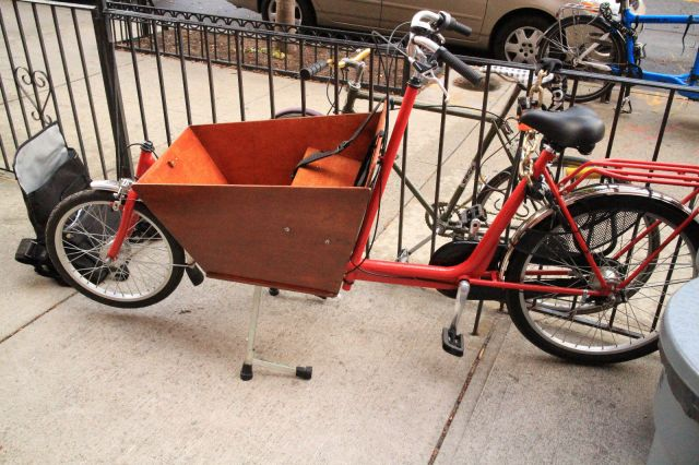 This Bakfiet style cargo bike is currently up for auction on eBay for $799.
